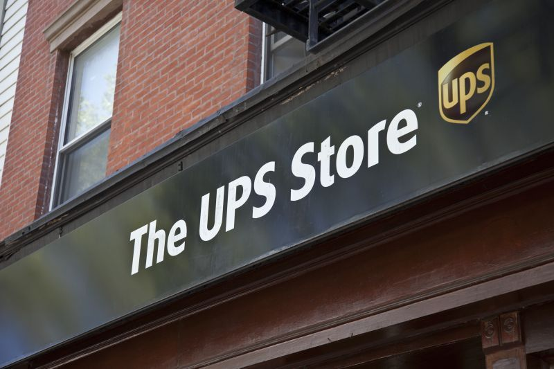 how much does a ups store franchise cost